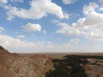 De oase van de Chebikaberg op de grens van de Sahara, duidelijke blauwe hemel, Tunesië, Afrika royalty-vrije stock foto's
