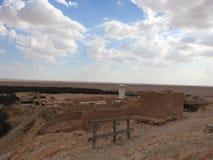 De oase van de Chebikaberg op de grens van de Sahara, duidelijke blauwe hemel, Tunesië, Afrika stock foto's