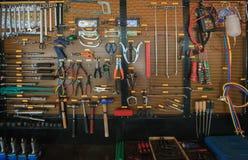 De objecten van de werktuiguitrusting regeling op de auto autodienst en onderhoudsmuur stock fotografie