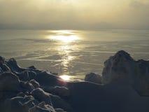 De oceaan is bevroren in de winter en schittert in de zon stock foto