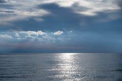 De oceaan bij schemer Stock Foto's