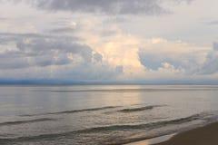 De oceaan bij schemer Stock Afbeeldingen
