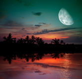 De oceaan, de zonsondergang en de maan Stock Afbeeldingen