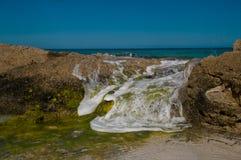 Meeslepend Water over rotsen Royalty-vrije Stock Afbeelding