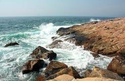 De oceaan golven raken de kust Royalty-vrije Stock Fotografie