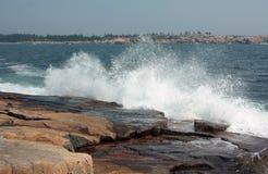 De oceaan golven raken de kust Royalty-vrije Stock Afbeeldingen
