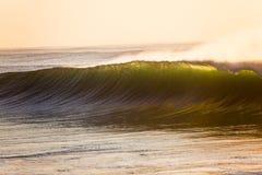 De oceaan Kleur van Backlight van de Zonsopgang van de Muur van de Golf Stock Foto