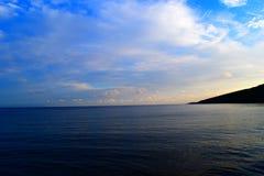 De oceaan ontmoet de hemel royalty-vrije stock foto