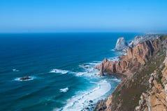 De oceaan ontmoet Klippen van de Kaap Roca van Cabo DA Roca in Sintra - de meest westelijke omvang van vasteland Portugal en Euro royalty-vrije stock fotografie