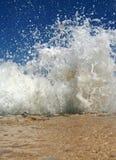 De oceaan Plons van de Golf op het Strand stock fotografie