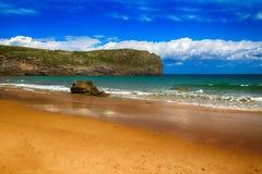 de oceaan van het landschapsstrand in Asturias, Spanje Stock Foto