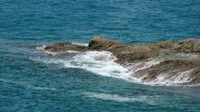 De oceaangolven van het kustschuim stock footage