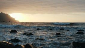 De oceaangolven verpletteren op rotsen en nevel in mooi zonsonderganglicht bij Benijo-strand in Tenerife, Canarische Eilanden stock footage