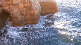 De oceaangolven verpletteren rotsachtig stock video