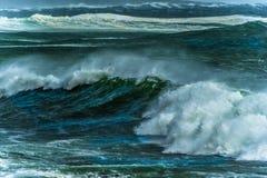 De oceaanhemel en de golven van Storm Ruwe Overzees Stock Afbeeldingen