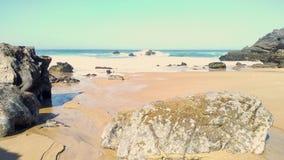 De oceaankustlijn van Rocky Atlantic van Adraga-strand, de kust van Portugal stock footage