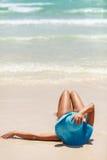 De oceaanmening van de de zomerdag met blauw overzees en hemel met witte wolken en meisje in blauwe hoed Royalty-vrije Stock Afbeeldingen