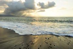 De oceaanstralen van de Zonsondergangzon Royalty-vrije Stock Foto's