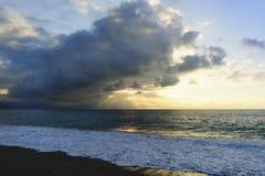 De oceaanstralen van de Zonsondergangzon Stock Fotografie