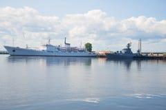 De oceanografische Admiraal Vladimirskiy ` van het onderzoekschip ` en anti-submarine korvet ` Urengoy ` in de Petrovsky-haven in Stock Afbeelding