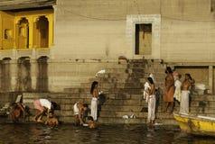 De ochtend baadt op Ghats van Varanasi royalty-vrije stock afbeeldingen