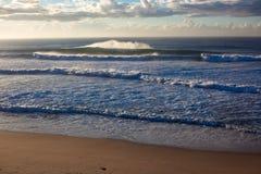 De ochtend die van de winter holle golven verplettert Stock Fotografie