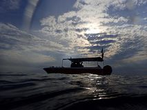 De ochtend duikt boot in de ochtend stock foto