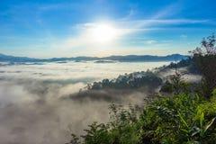 In de ochtend is het koude weer maakt drijvende mist op de berg als overzees van mist stock foto