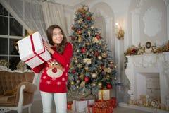 De ochtend vóór Kerstmis De vakantie van het nieuwjaar Gelukkig Nieuwjaar klein gelukkig meisje bij Kerstmis Dank u Kerstmis kid royalty-vrije stock fotografie