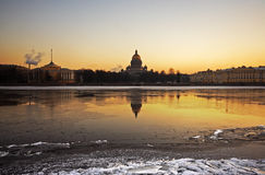 De ochtend van de winter boven de rivier Neva Stock Foto's