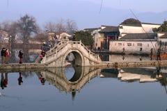De ochtend van Hongcun: brug stock foto's