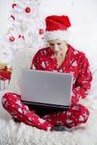 De ochtend van Kerstmis met laptop Stock Afbeelding