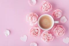 De ochtendkoffie en mooi nam bloemen op roze de bovenkantmening van de pastelkleurlijst toe Comfortabel ontbijt voor de dag van V stock foto
