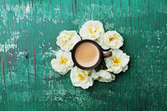 De ochtendkop koffie en mooie rozen bloeit op de bovenkantmening van de wintertalings rustieke lijst De comfortabele Ontbijtvlakt royalty-vrije stock fotografie