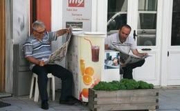 De ochtendkrant van de lezing. Istanboel Stock Foto