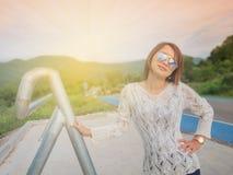 De Ochtendlicht van de reizigersvrouw op de weg Royalty-vrije Stock Afbeeldingen