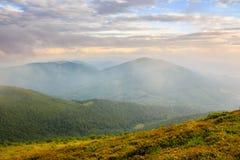 De ochtendmist behandelt de bergenbovenkant Royalty-vrije Stock Foto