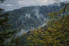 De ochtendmist in de bergen vertroebelt aard van het Verre Oosten van Rusland Royalty-vrije Stock Foto's