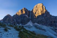 De ochtendzon in de bergen Alpen en zonnige dag Stock Foto's