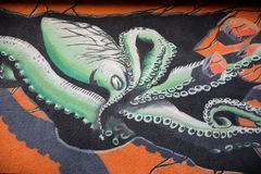 De octopus, die op een gebouw schilderen Stock Foto