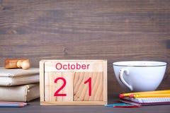 21 de octubre calendario de madera del primer Planeamiento del tiempo y fondo del negocio Fotografía de archivo