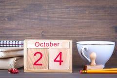 24 de octubre calendario de madera del primer Planeamiento del tiempo y fondo del negocio Foto de archivo