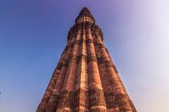 27 de octubre de 2014: Alminar del Qutb Minar en Nueva Deli, la India Imágenes de archivo libres de regalías