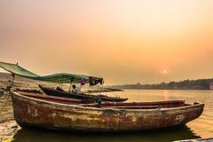 31 de octubre de 2014: Barco en una puesta del sol en Varanasi, la India Imagen de archivo libre de regalías
