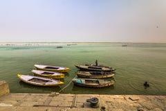 31 de octubre de 2014: Barcos en los ghats de Varanasi, la India Fotos de archivo libres de regalías