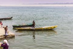 31 de octubre de 2014: Barqueros en Varanasi, la India Imagen de archivo