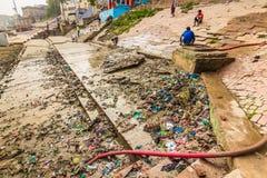 31 de octubre de 2014: Basura en Varanasi, la India Fotografía de archivo