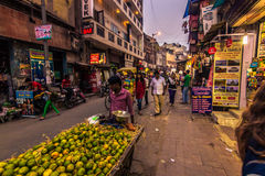 28 de octubre de 2014: Comerciantes en las calles de Nueva Deli, la India Fotografía de archivo