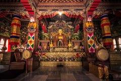 30 de octubre de 2014: Dentro de un templo budista en Bodhgaya, la India Foto de archivo libre de regalías