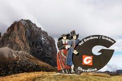 18 de octubre de 2016, dolomías del Tyrol del sur, muestra en la entrada a Val Gardena Imagen de archivo libre de regalías